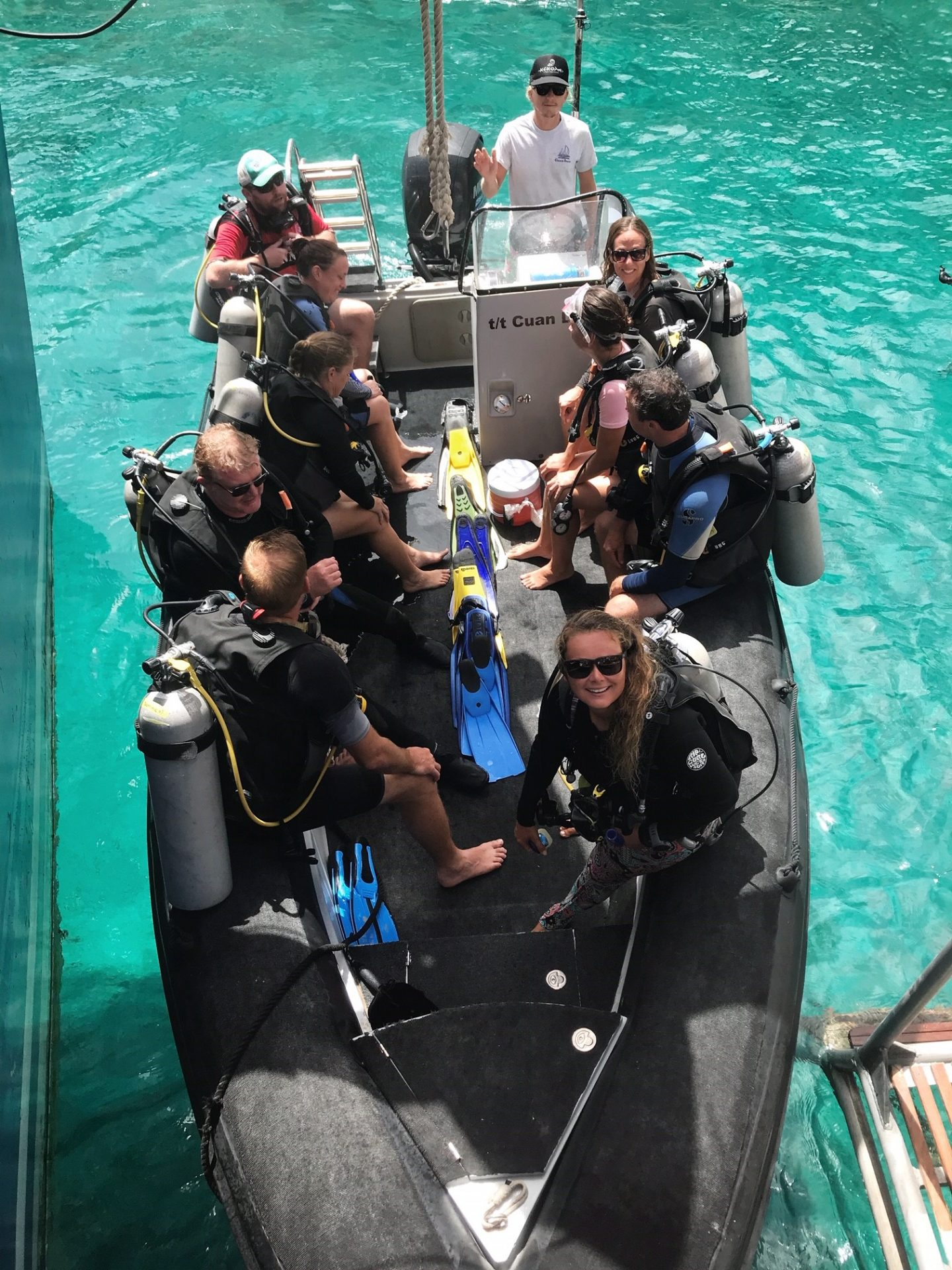 Diving aboard Cuan Law in the British Virgin Islands - Dive group sets off